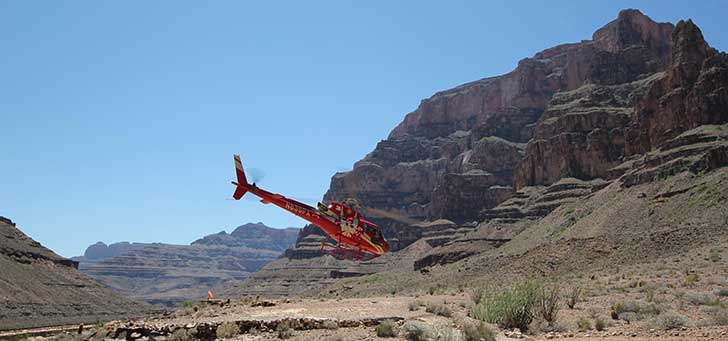 Helikopter flyger i Grand Canyon